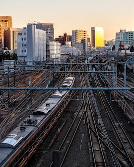 Trem do japão com paisagem urbana