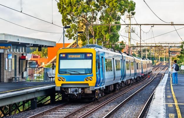 Trem do metrô de melbourne na estação victoria park, austrália