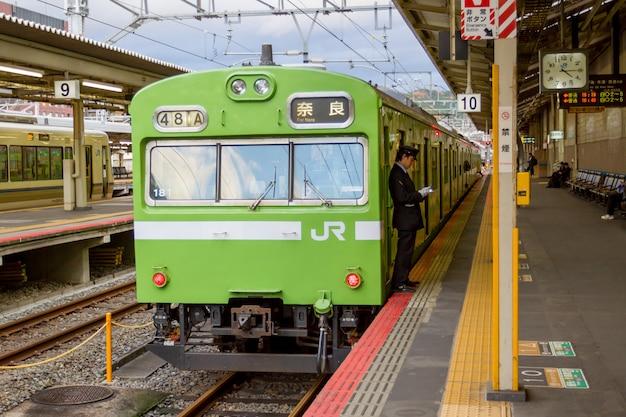 Trem esperando por passageiros na estação de kyoto