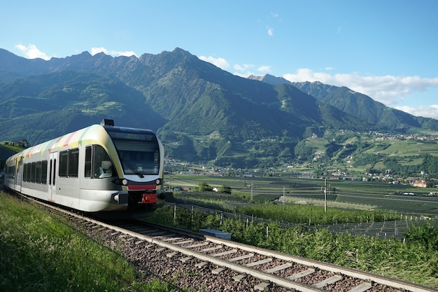 Trem executando a rota do vale val venosta.