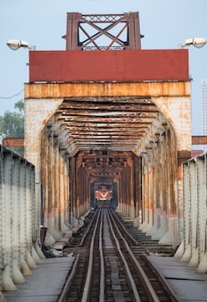 Trem, executando, ligado, antiga, ferrovia, ligado, ponte longo bien, em, hanoi
