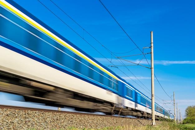 Trem expresso interurbano viaja nos trilhos
