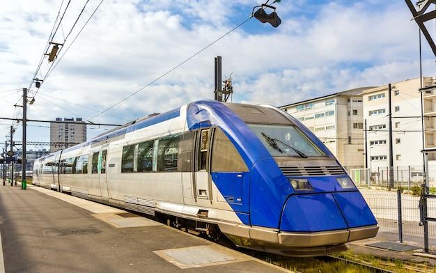 Trem expresso regional na estação de tours - frança