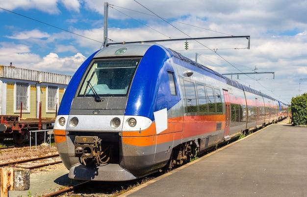 Trem expresso regional na estação la rochelle - frança