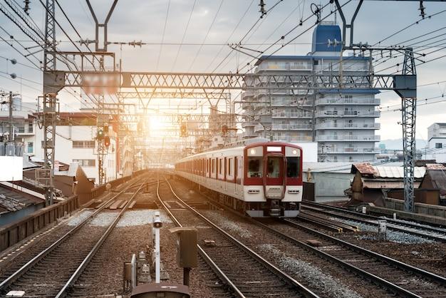 Trem japão, ligado, estrada ferro, com, skyline, em, osaka, japão, para, transporte, fundo