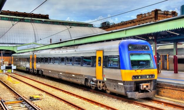 Trem local na estação central de sydney
