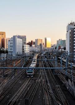 Trem moderno de paisagem urbana do japão