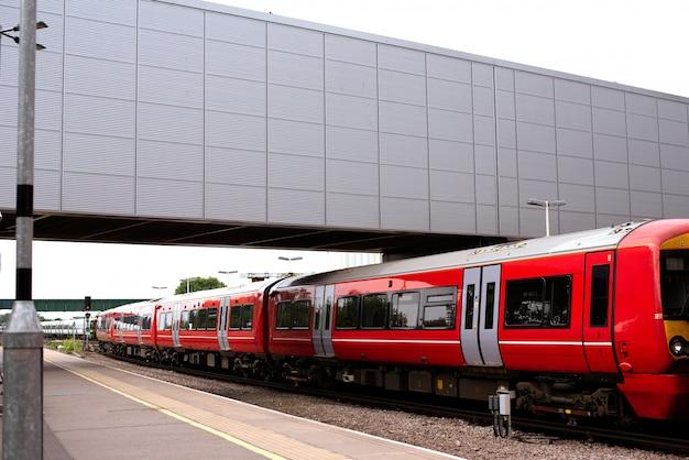 Trem na estação de trem em londres
