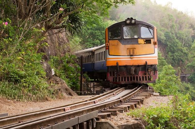Trem na estrada de ferro, tailândia