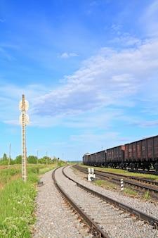 Trem na pequena estação ferroviária
