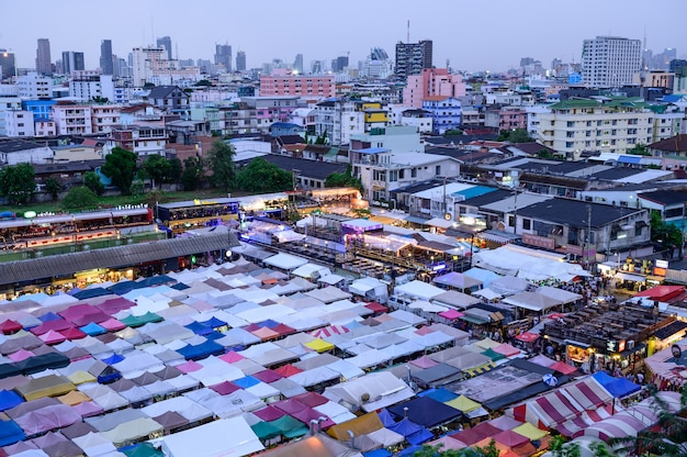 Trem night market ratchada (talad rot fai) muito famosa comida de rua de compras em bangkok, tailândia