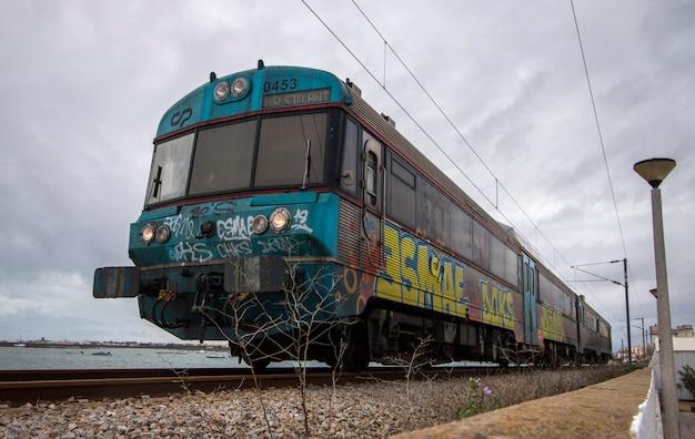 Trem passageiro, com, graffiti