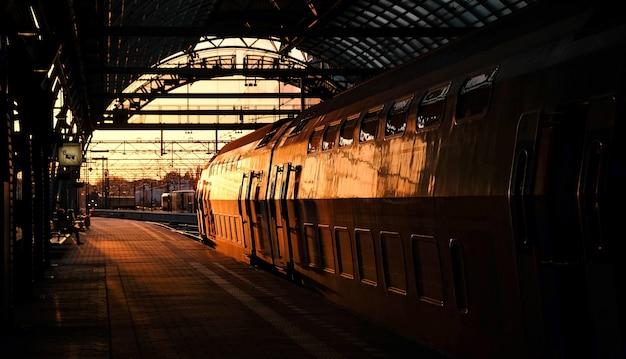 Trem, pôr do sol, em, estação, em, amsterdão