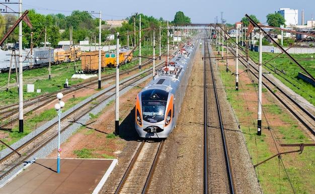 Trem rápido de passageiros moderno na ucrânia