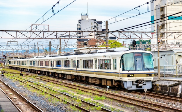 Trem rápido na estação oji em nara, japão