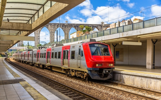Trem regional em lisboa - portugal Foto Premium