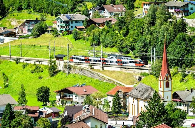Trem regional em sankt jodok am brenner, nos alpes austríacos