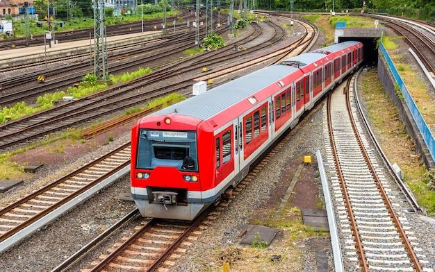 Trem s-bahn na estação hauptbahnhof de hamburgo