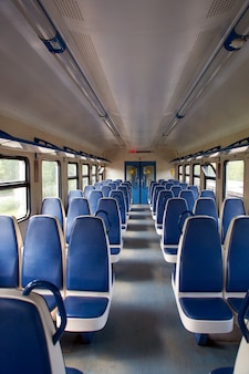 Trem suburbano vazio