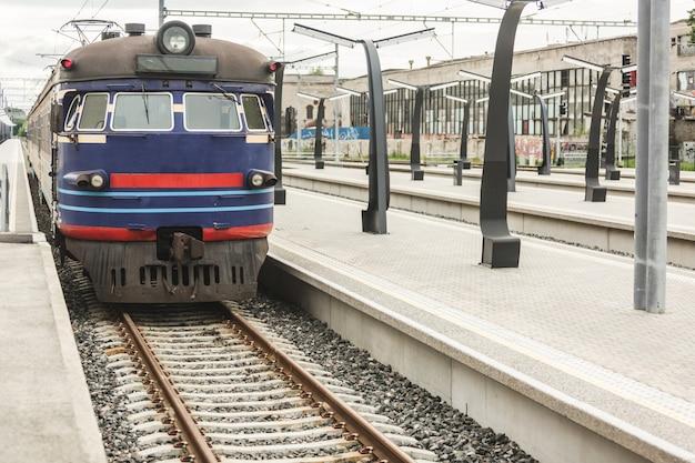 Trem turva na estação de tallinn