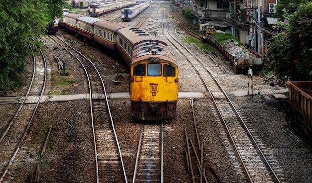 Trem velho, chegando, para, hua lampong, treine estação, em, bangkok, tailandia