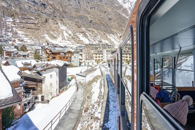 Trem vermelho que escala até a estação de gornergrat em zermatt, suíça.