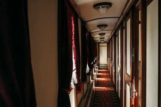 Trem vintage, rico interior de vagão retrô, ninguém. viagem ferroviária, nostalgia da ferrovia