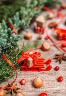 Trenó com presentes de natal e decoração na madeira.