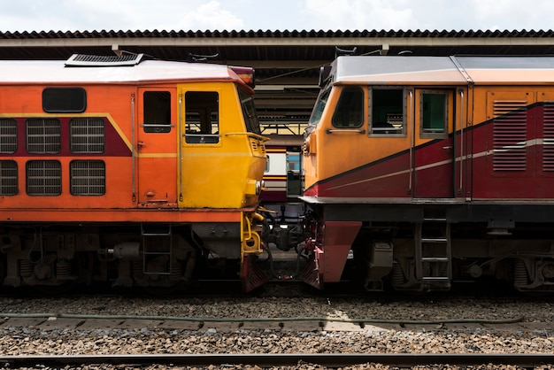 Trens antigos na estação de trem de hua lampong em bangkok tailândia