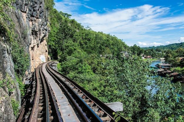 Trens circulando na ferrovia da morte cruzando o rio kwai em kanchanaburi na tailândia