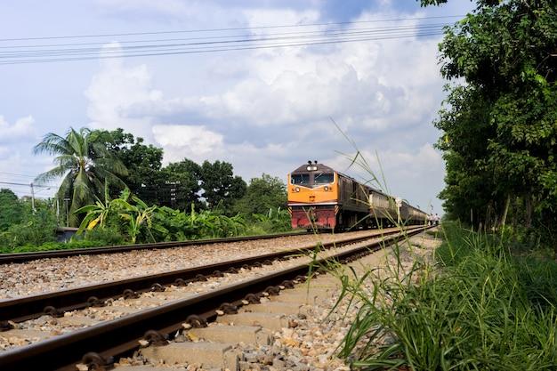 Trens em o comprimento da via férrea