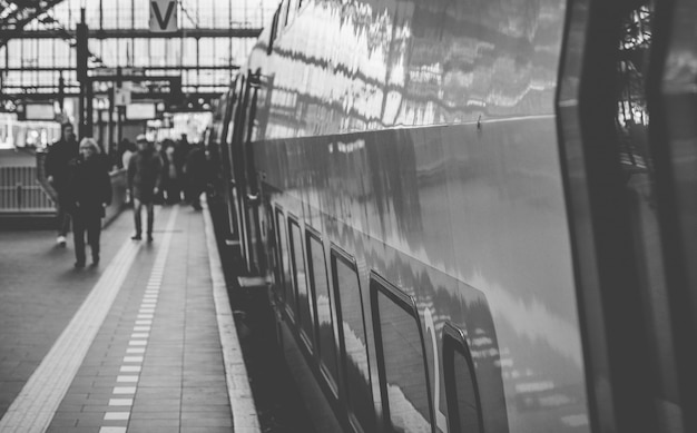 Trens holandeses na estação central de amsterdã
