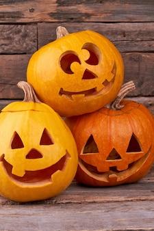 Três abóboras de halloween engraçadas.