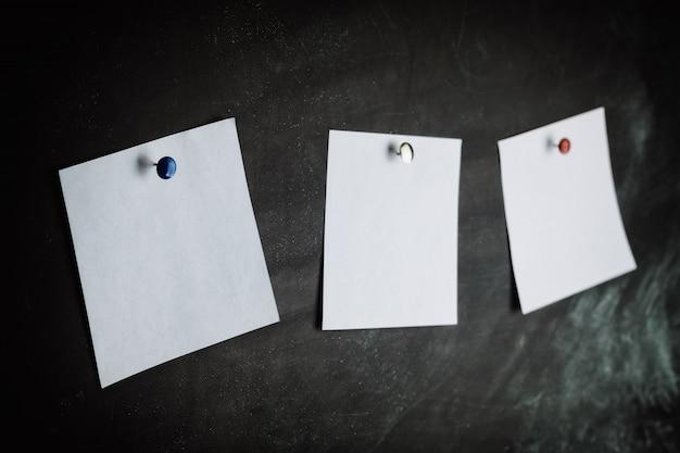 Três adesivos no quadro negro