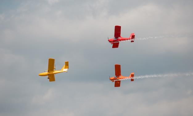 Três aeronaves multicoloridas