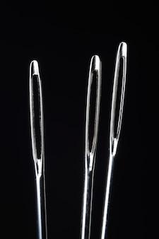 Três agulhas de costura sem linha
