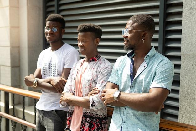 Três alegres amigos africanos em uma caminhada no verão