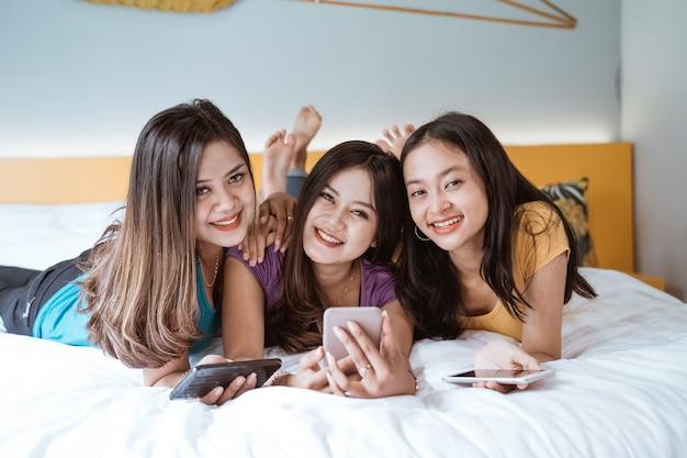 Três amigas asiáticas curtindo juntos fazendo videochamada