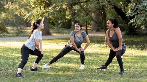 Três amigas treinando no parque