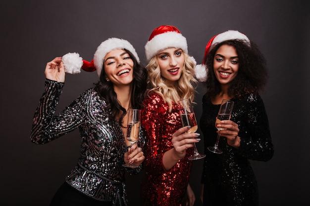 Três amigos bebendo champanhe