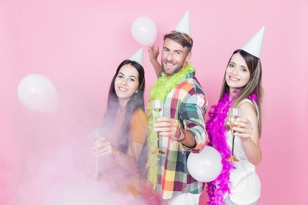 Três amigos, desfrutando, a, champanhe flauta, em, a, partido