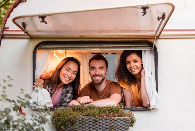 Três amigos felizes dentro de uma van