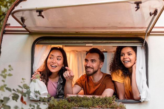 Três amigos felizes em uma van