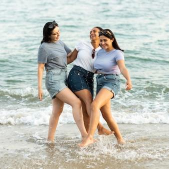 Três amigos juntos na praia