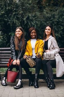 Três amigos multiculturais na rua