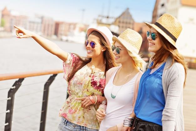 Três amigos na cidade de gdansk na polônia