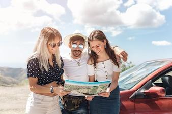 Três amigos, olhar, mapa, ficar, perto, a, car, em, ao ar livre