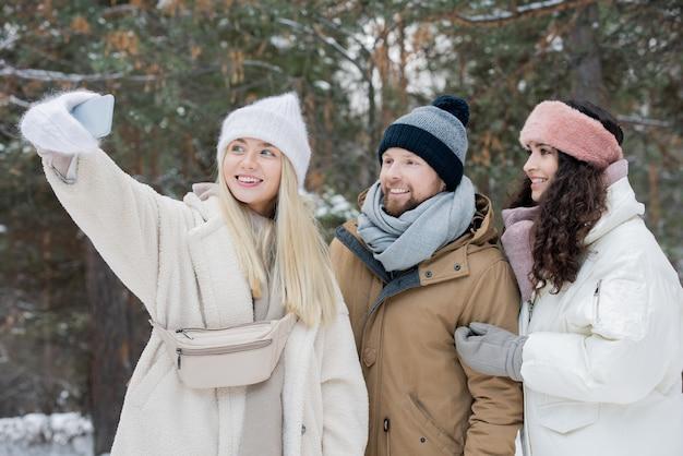 Três amigos tirando selfie