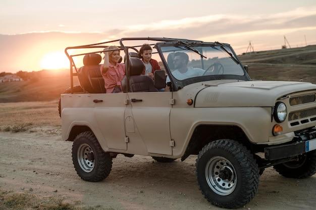 Três amigos viajando juntos de carro