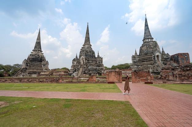 Três antigas ruínas de pagodes (chedies) da antiga capital do sião, ayutthaya, no templo wat phra si sanphet com passeios turísticos, local famoso para viajar na província de phra nakhon si ayutthaya, tailândia